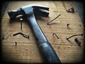 Hammer auf Nagelbrett